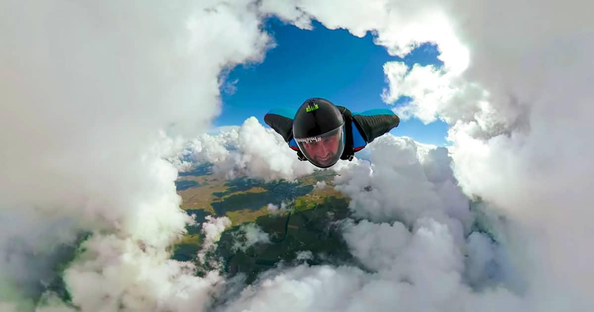 Impressionnant vol en wingsuit avec une caméra 360°